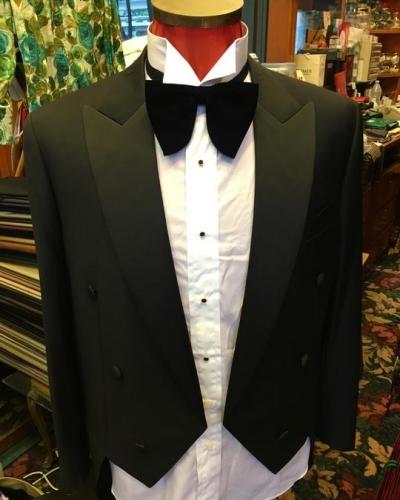 雙排鈕的西裝款式,加上最考手藝的尖領,突顯出對場合的尊重。而相對短身的西裝外套,更為輕巧。