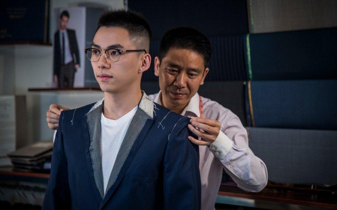 """【香港洋服總會主席教路如何建立""""男人衣櫃""""】— 藍色的西裝像是帶著神秘?"""