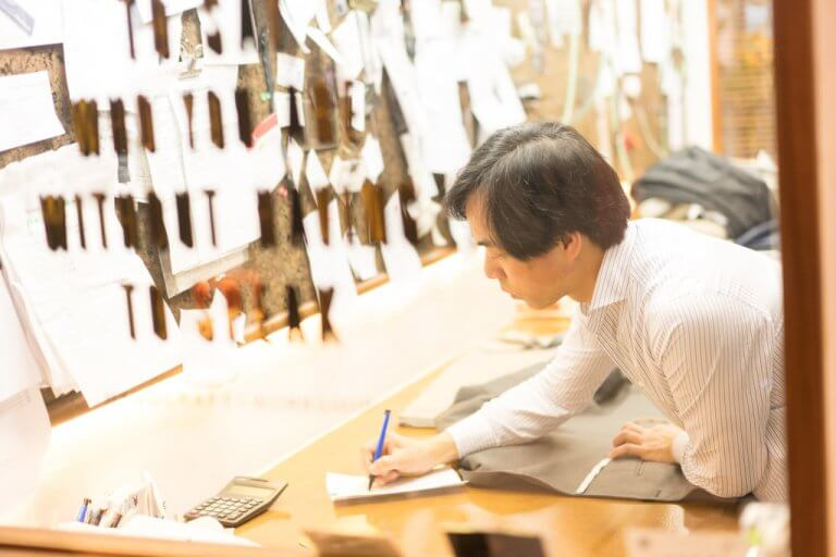 【買西裝最怕出事】— 一店兩位資深裁縫 幫你套衫做「雙重保險」